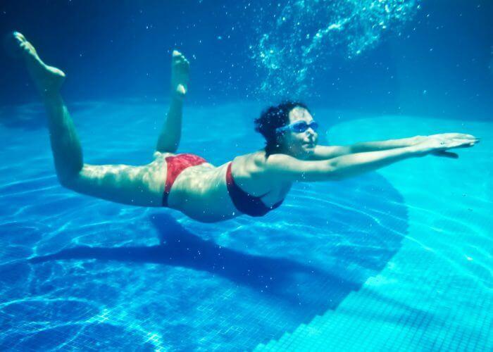 pregnant-swimmer