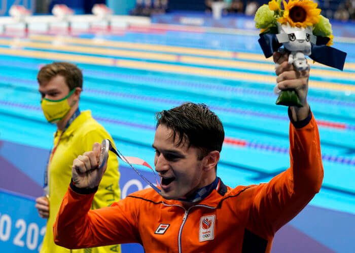 Jul 29, 2021; Tokyo, Japan; Arno Kamminga (NED) holds up his silver medal after finishing second in the men's 800m freestyle final during the Tokyo 2020 Olympic Summer Games at Tokyo Aquatics Centre. Mandatory Credit: Grace Hollars-USA TODAY Sports